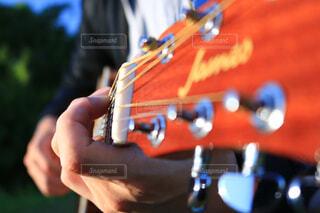 ギターを持つ手の写真・画像素材[1555473]
