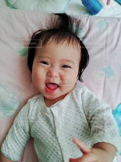 赤ちゃんのベッドの上で横になっています。の写真・画像素材[1532660]