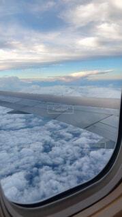 飛行機の窓から雲の眺めの写真・画像素材[3161446]