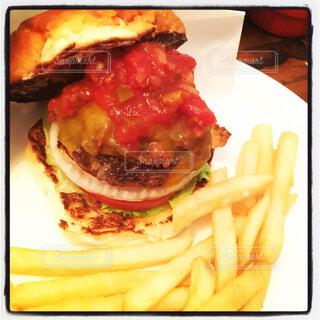 ハンバーガーとフライドポテトの写真・画像素材[1621098]