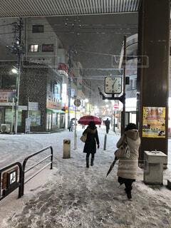 雪の中歩く人々 青砥駅前の写真・画像素材[1543987]