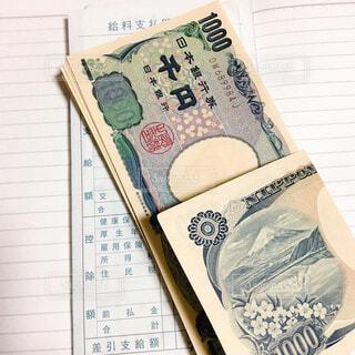 千円札と給与明細の写真・画像素材[1652222]