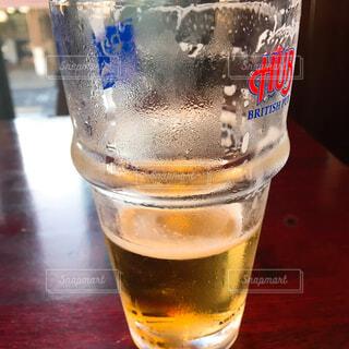 飲みかけビールの写真・画像素材[1859930]