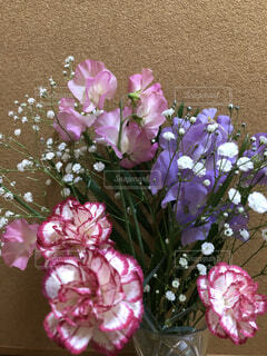 紫色の花一杯の花瓶の写真・画像素材[1537572]