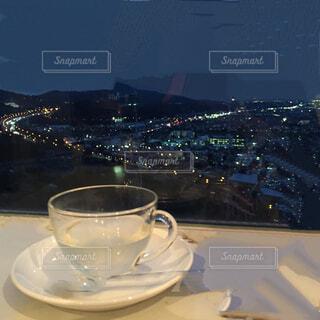 テーブルの上のハーブティーと夜景の写真・画像素材[1562357]