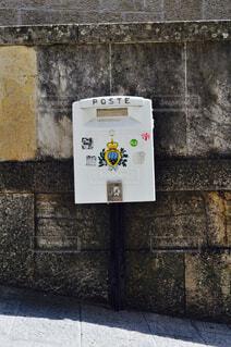 レンガの壁に署名している石造りの建物の写真・画像素材[1586967]