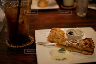 食べ物の皿とテーブルの上のコーヒー1杯の写真・画像素材[2223337]