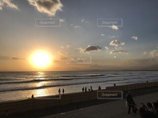 砂浜の上に立つ人々 のグループの写真・画像素材[1559934]