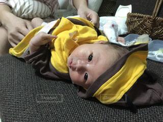 動物のぬいぐるみの横に眠っている赤ちゃんの写真・画像素材[1538989]