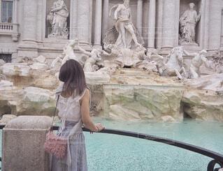 トレヴィの泉で願い事の写真・画像素材[1605055]