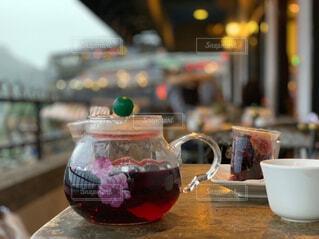 テーブルの上のコーヒー カップの写真・画像素材[1661236]