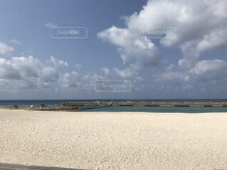 ビーチの砂の上雲のグループの写真・画像素材[1539129]