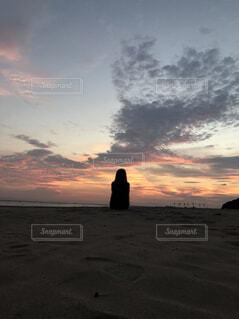 ビーチに沈む夕日の写真・画像素材[1539480]