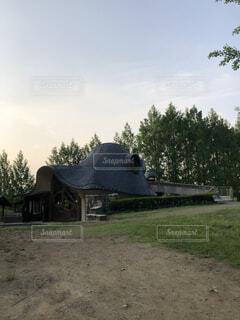 背景の木と家の写真・画像素材[1544963]