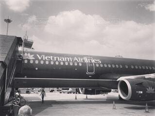 空港の滑走路の上に座って大きな旅客機 - No.1125076