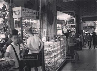 店の前に立っている人々 のグループ - No.1125079