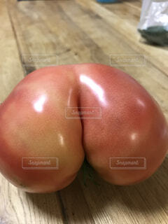 おしりみたいなトマトの写真・画像素材[1555164]