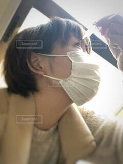 目薬をさす女性の写真・画像素材[1808661]