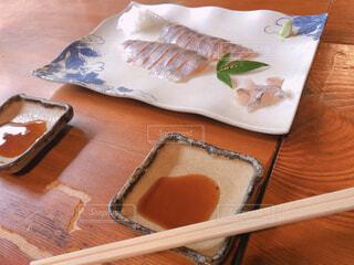 テーブルの上に置かれた刺身の写真・画像素材[2420175]