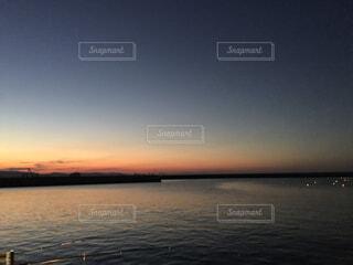 水の体に沈む夕日の写真・画像素材[1539424]