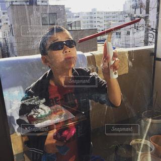 窓拭き手伝い小学生の写真・画像素材[1544539]