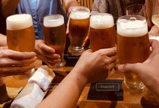 生ビールで乾杯の写真・画像素材[1582434]