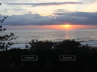水の体に沈む夕日の写真・画像素材[1539908]