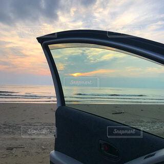 車内から見えた夕陽の写真・画像素材[1539369]