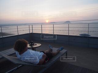 ビーチに座っている若い男の写真・画像素材[1540305]