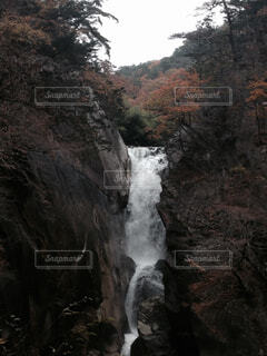 岩の横にある大きな滝の写真・画像素材[1539838]