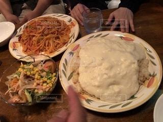 テーブルの上に食べ物のプレートの写真・画像素材[1540239]