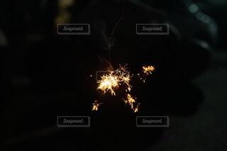 秋の夜暗闇の中でする線香花火の写真・画像素材[4816517]