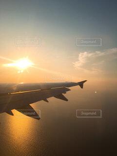 空を飛んでいる飛行機の写真・画像素材[1548442]
