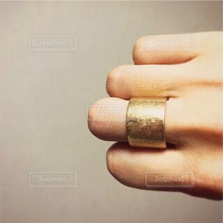 ゴールドのリングの写真・画像素材[1540181]