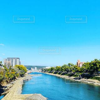 背景に都市がある水域の写真・画像素材[4692228]
