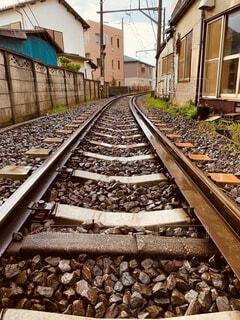 鉄の線路上の列車の写真・画像素材[4692232]