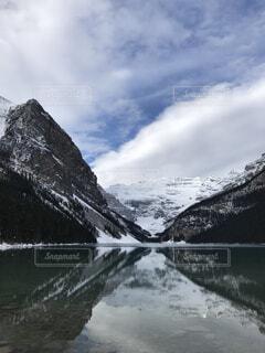 雪に覆われた山の写真・画像素材[1540962]