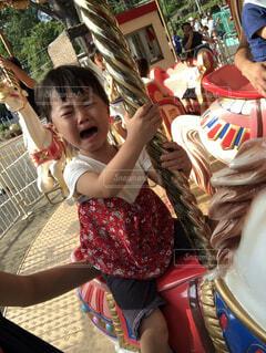 遊園地で泣いている女の子の写真・画像素材[1545281]