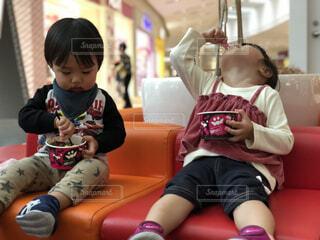 イスに座ってアイスを食べる子供たちの写真・画像素材[1545283]