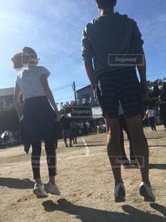 ラジオ体操でジャンプする夫婦の写真・画像素材[1545287]