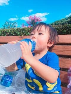 ボトルからジュースを飲む少年の写真・画像素材[1545615]