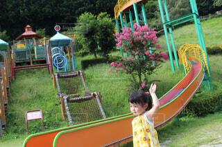 子供の遊び場の前に立っている女の子の写真・画像素材[1545655]