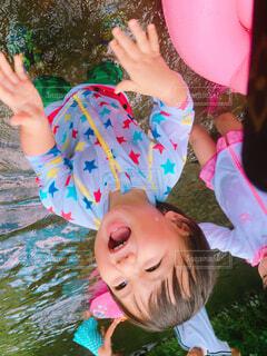 川遊びをする男の子の写真・画像素材[1545658]