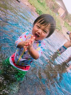 川遊びをする男の子の写真・画像素材[1545661]