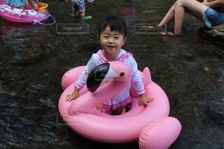 川遊びをする女の子の写真・画像素材[1545663]