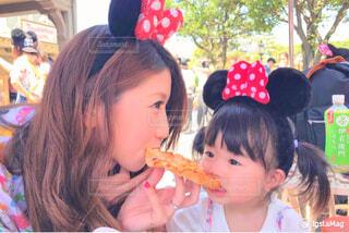 ピザを食べている親子の写真・画像素材[1546459]