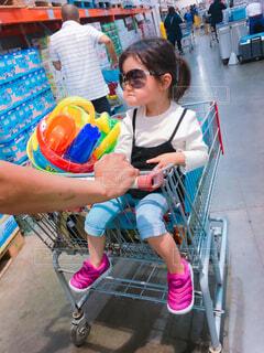 カートに乗っている女の子の写真・画像素材[1546461]