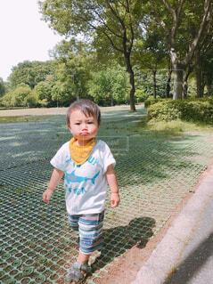 公園を歩く男の子の写真・画像素材[1546462]