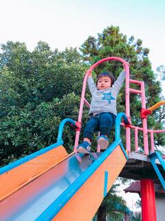 公園で遊んでいる男の子の写真・画像素材[1560650]