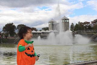噴水に興奮する男の子の写真・画像素材[1560655]